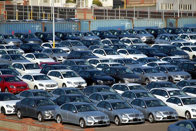 Aparcamiento lleno de coches